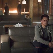 Arrow: l'attore John Barrowman in una scena di The Offer