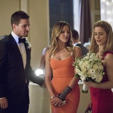 Arrow: Stephen Amell, Katie Cassidy ed Emily Bett Rickards nell'episodio Suicidal Tendencies