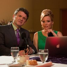 Pitch Perfect 2: Elizabeth Banks insieme a John Michael Higgins in una scena del film