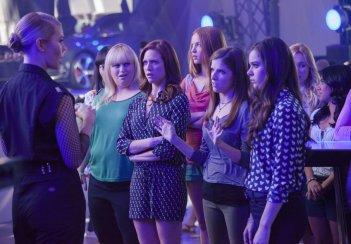 Pitch Perfect 2: Anna Kendrick, Brittany Snow, Birgitte Hjort Sørensen, Rebel Wilson e Hailee Steinfeld in una scena