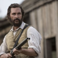 The Free State Of Jones: un primo piano di Matthew McConaughey armato di fucile
