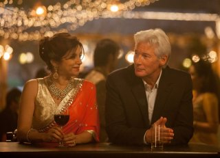 Ritorno al Marigold Hotel: Richard Gere con Lillete Dubey in una scena del film