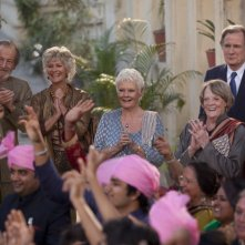 Ritorno al Marigold Hotel: Maggie Smith, Judy Dench, Bill Nighy, Celia Imrie, Ronald Pickup e Diana Hardcastle in una scena del film