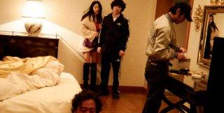 Kabukicho Love Hotel: Shota Sometani con Eun woo Lee in una scena del film