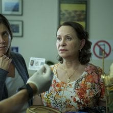 Cake: Jennifer Aniston con Adriana Barraza in una scena