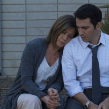 Cake: Jennifer Aniston con Chris Messina in una scena del film
