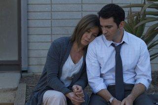 Cake: Jennifer Aniston con Chris Messina in una scena del film
