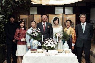 Ode to My Father: Yunjin Kim con Hwang Jeong-min in una scena del film