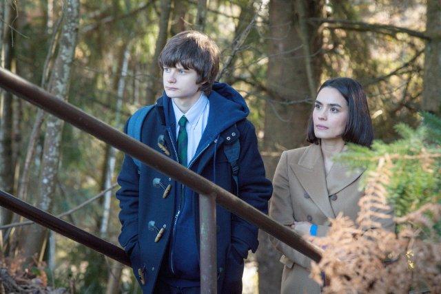 Wayward Pines: Shannyn Sossamon e Charlie Tahan in una scena del pilot della serie