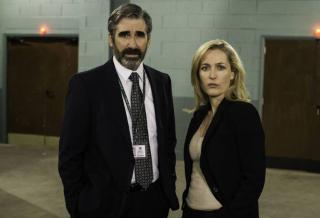 The Fall: John Lynch e Gillian Anderson in una foto promozionale della seconda stagione