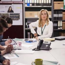 The Fall: Gillian Anderson interpreta Stella Gibson impegnata in una riunione tra detective