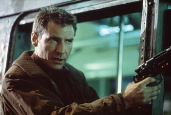 Harrison Ford in una scena di BLADE RUNNER