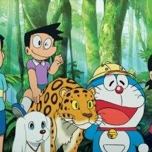Doraemon Il Film - Le Avventure di Nobita e dei Cinque Esploratori: Doraemon nella foresta coi suoi amici in una scena del film