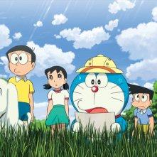 Doraemon Il Film - Le Avventure di Nobita e dei Cinque Esploratori: Doraemon con i suoi compagni di viaggio in una scena del film animato