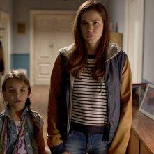 Mi chiamo Maya: Matilda Lutz con la piccola Melissa Monti in una scena