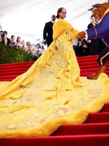 Rihanna al Met Gala 2015, con il famigerato 'abito-omelette'