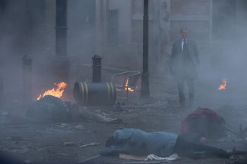 Survivor: Pierce Brosnan, il killer, in una fumosa scena del film