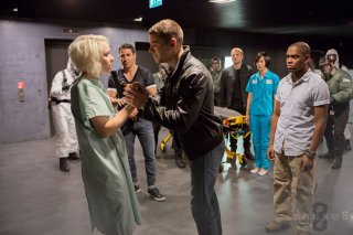Sense8: Jamie Clayton e Max Riemelt in una scena della serie