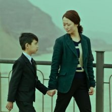 Mountains May Depart: Zijang Dong insieme a Zhao Tao in una scena del film