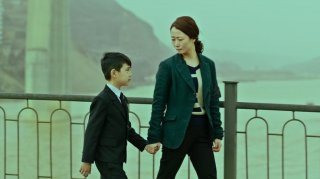 Mountains May Depart: Zijang Dong insieme a Zhao Tao in una scena del film