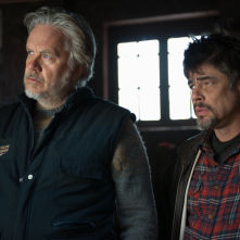 A Perfect Day: Tim Robbins e Benicio Del Toro in una scena del film