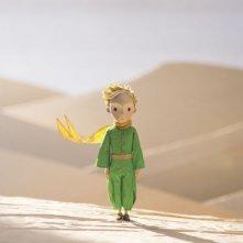 Il Piccolo Principe: il piccolo principe in mezzo al deserto in una scena del film d'animazione