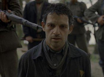 Son of Saul: Géza Röhrig in una drammatica scena del film