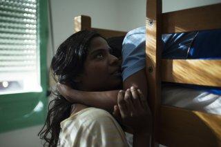 Dheepan - Una nuova vita: Kalieaswari Srinivasan in una tenera scena del film