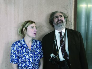 Asphalte: Valeria Bruni Tedeschi e Gustave Kervern in una scena del film