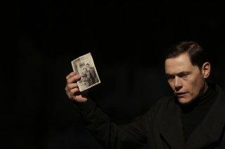 Forever: Adam (Burn Gorman) mostra una foto d'epoca in The Last Death of Henry Morgan