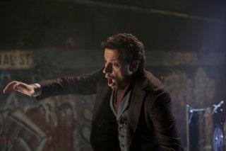 Forever: Ioan Gruffudd in una scena d'azione del season finale The Last Death of Henry Morgan