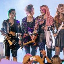 Jem and the Holograms: Aubrey Peeples, Stefanie Scott, Aurora Perrineau, Hayley Kiyoko durante un concerto
