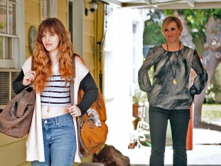 Jem and the Holograms: Aubrey Peeples e Molly Ringwald in una scena del film