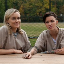 Orange is the New Black: Taylor Schilling e Ruby Rose in un'immagine della terza stagione