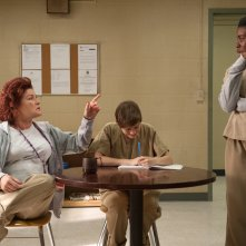 Orange is the New Black: le attrici Kate Mulgrew e Uzo Aduba in una scena della terza stagione