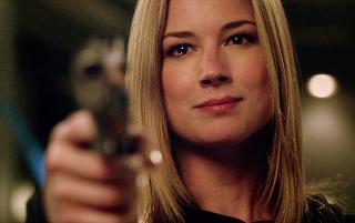 Revenge: Emily/Amanda (Emily VanCamp) impugna una pistola in una scena di Two graves