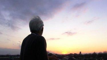 Il Regno dei Sogni e della Follia: Hayao Miyazaki (di spalle) osserva il tramonto in una scena del documentario