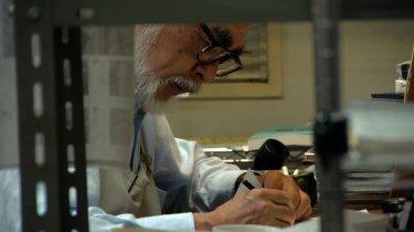 Il Regno dei Sogni e della Follia: il maestro Hayao Miyazaki all'opera in una scena del documentario