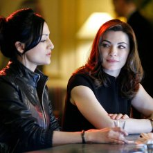 The Good Wife: Archie Panjabi e Julianna Margulies in una scena dell'episodio Wanna Partner?