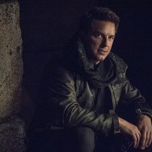 Arrow: John Barrowman interpreta Malcolm Merlyn in My Name Is Oliver Queen