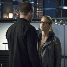 Arrow: Stephen Amell ed Emily Bett Rickards in My Name Is Oliver Queen