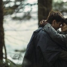 The Lobster: Colin Farrell e Rachel Weisz si abbracciano in una scena del film