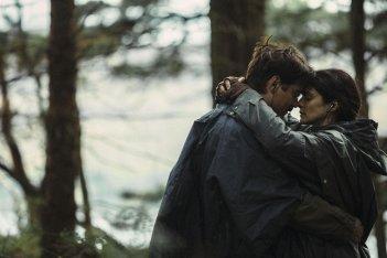 The Lobster: Colin Farrell e Rachel Weisz si abbracciano in una scena del film