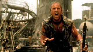 Kevin Costen in una scena di Waterworld
