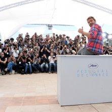 Cannes 2015: Matthias Schoenaerts scherza con i fotografi durante il photocall di Maryland