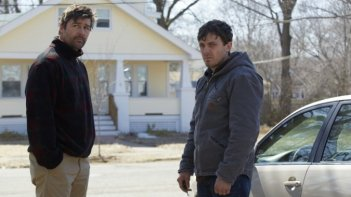 Manchester-by-the-Sea: Casey Affleck e Kyle Chandler in una scena del film