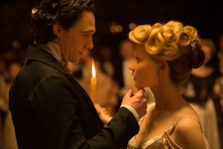 Crimson Peak: Tom Hiddleston e Mia Wasikowska in una scena del film