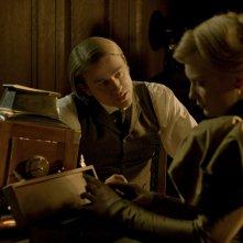 Crimson Peak: Charlie Hunnam con Mia Wasikowska in una scena del film