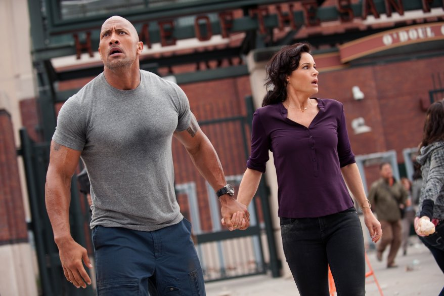San Andreas: Dwayne Johnson con Carla Gugino in una scena del film action