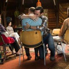 Mad Men: Don Draper (Jon Hamm) si lascia andare in un abbraccio nell'episodio Person to Person